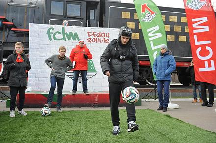 Баринов и Макаров пожонглировали мячом с болельщиками (+видео)