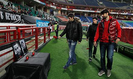 Игроки «Локомотива» почтили память погибших болельщиков
