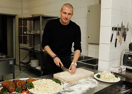 Дюрица приготовил словацкое блюдо в «Вагоне»
