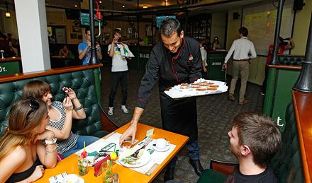 Гилерме приготовил фейжоаду в баре «Вагонъ»
