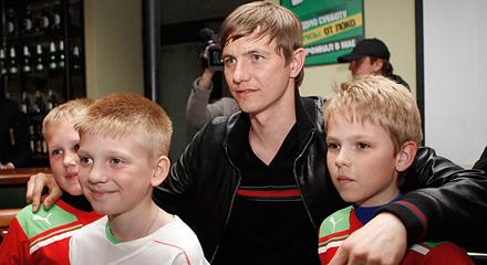 Павлюченко и Евсеев пообщались с болельщиками перед игрой с ЦСКА
