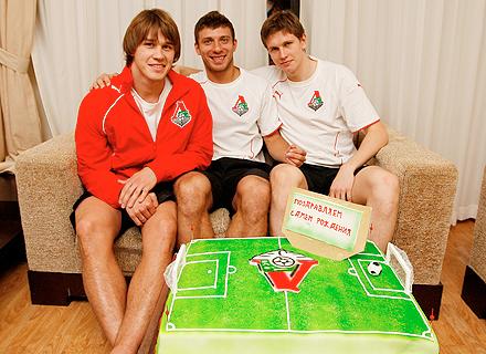 Минченкову подарили торт
