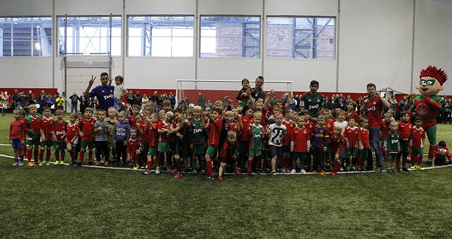 Наши игроки на детском фестивале футбола