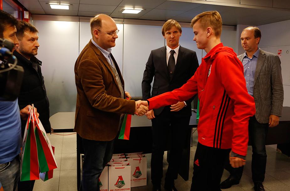 «Локомотиву-2002» вручили подарки