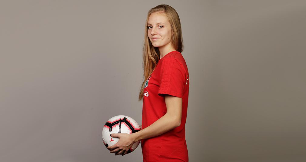 «Быть нападающей в женском футболе – это жестко»
