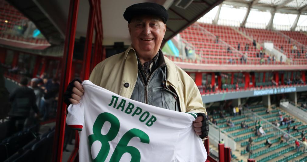 Валентин Лавров получил пожизненный абонемент на стадион